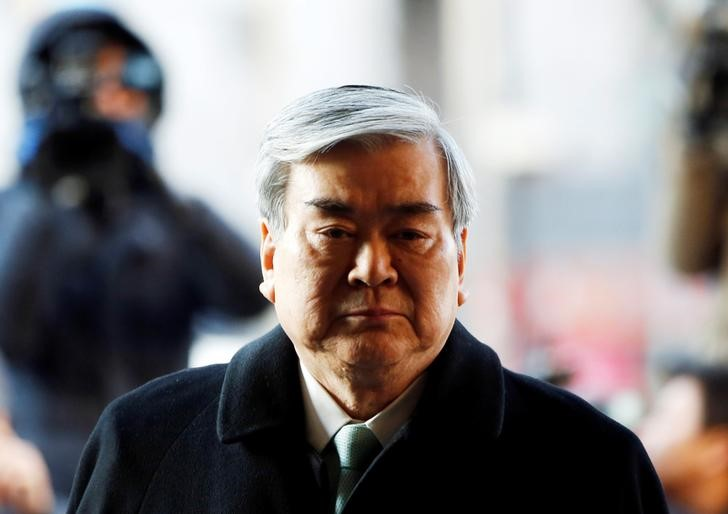 © Reuters. FILE PHOTO: Korean Air Lines Chairman Cho Yang-ho arrives to testify at the second court hearing of his daughter Cho Hyun-ah, also known as Heather Cho, at the Seoul Western District court in Seoul