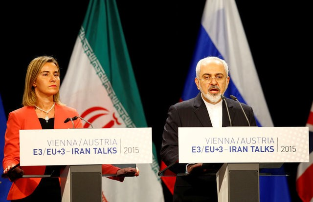 © Reuters. FILE PHOTO: Iranian FM Zarif addresses during a joint news conference with High Representative of the European Union for Foreign Affairs and Security Policy Mogherini after a plenary session at the United Nations building in Vienna
