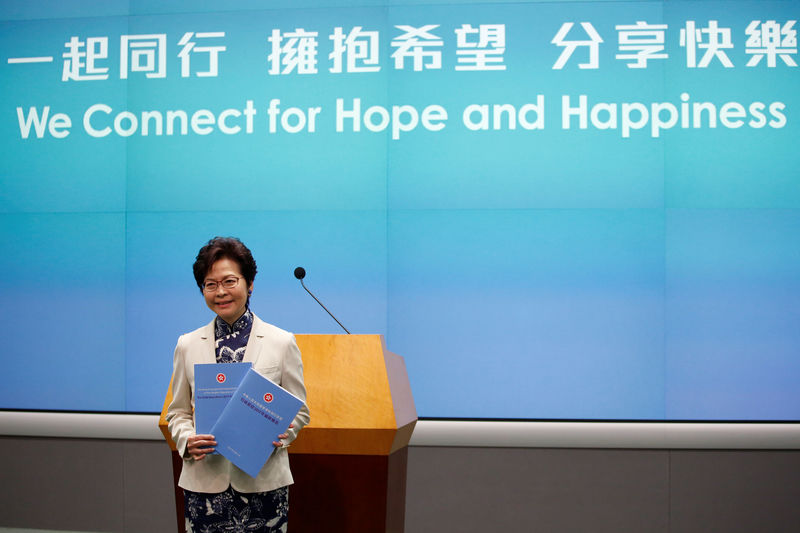 © Reuters. FILE PHOTO - Hong Kong Chief Executive Carrie Lam poses with copies of her policy speech in Hong Kong