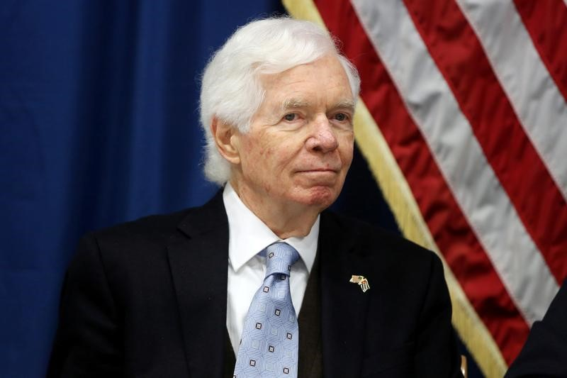 © Reuters. U.S. Senator Thad Cochran takes part in a news conference at the U.S. Embassy in Havana, Cuba