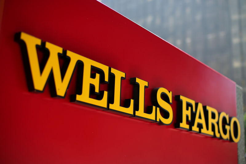 © Reuters. FILE PHOTO: A Wells Fargo bank sign is pictured in downtown Los Angeles