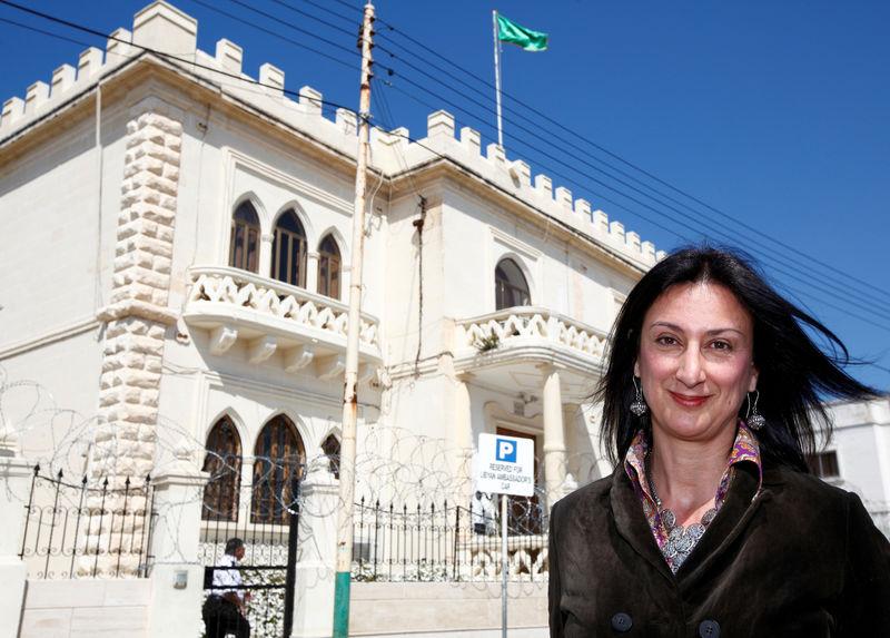 © Reuters. Maltese investigative journalist Daphne Caruana Galizia poses outside the Libyan Embassy in Valletta