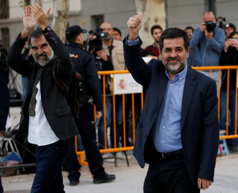 © Reuters. Jordi Cuixart (L), leader of Omnium Cultural, and Jordi Sanchez of the Catalan National Assembly (ANC), arrive to the High Court in Madrid