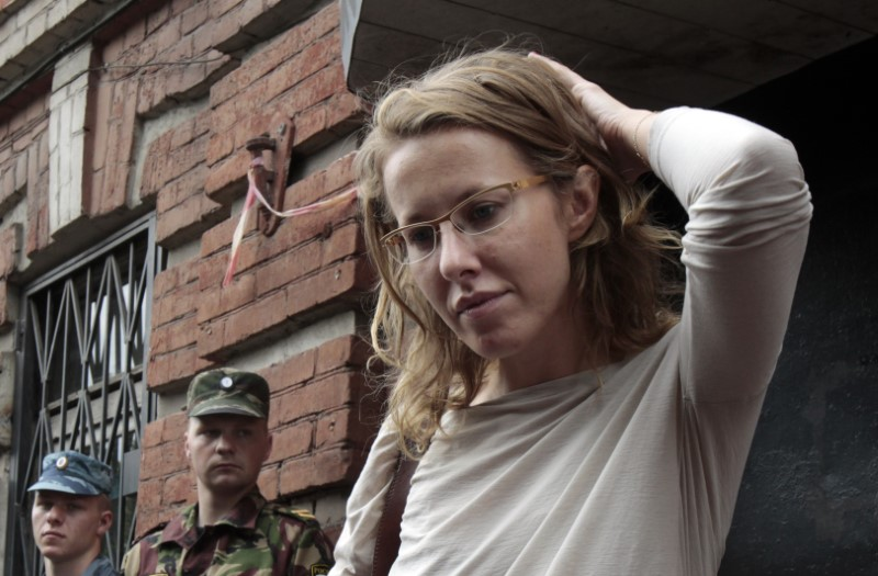 © Reuters. FILE PHOTO: Russian opposition leader and TV host Ksenia Sobchak talks to the media after leaving a building of the Russian Investigative Committee in Moscow