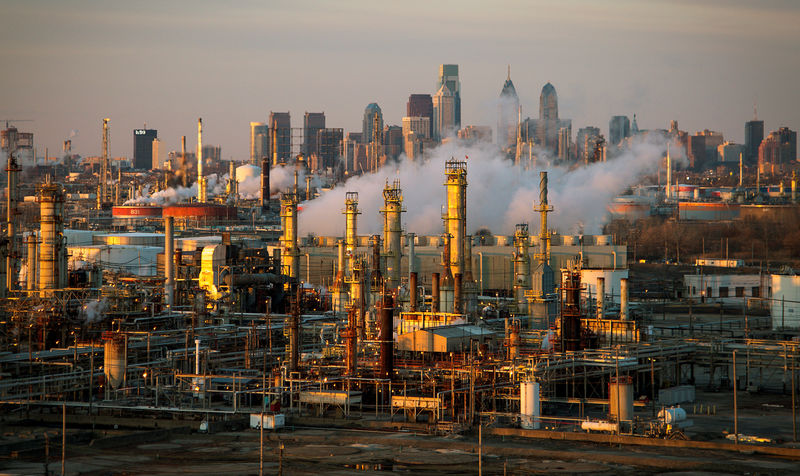 © Reuters. FILE PHOTO: The Philadelphia Energy Solutions oil refinery is seen at sunset in front of the Philadelphia skyline
