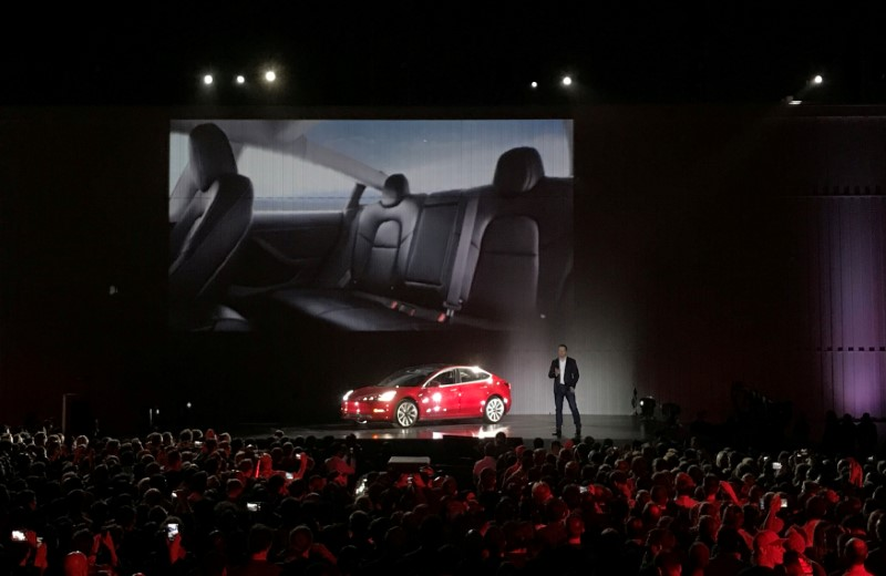 © Reuters. FILE PHOTO: Tesla Chief Executive Elon Musk introduces one of the first Model 3 cars in Fremont California