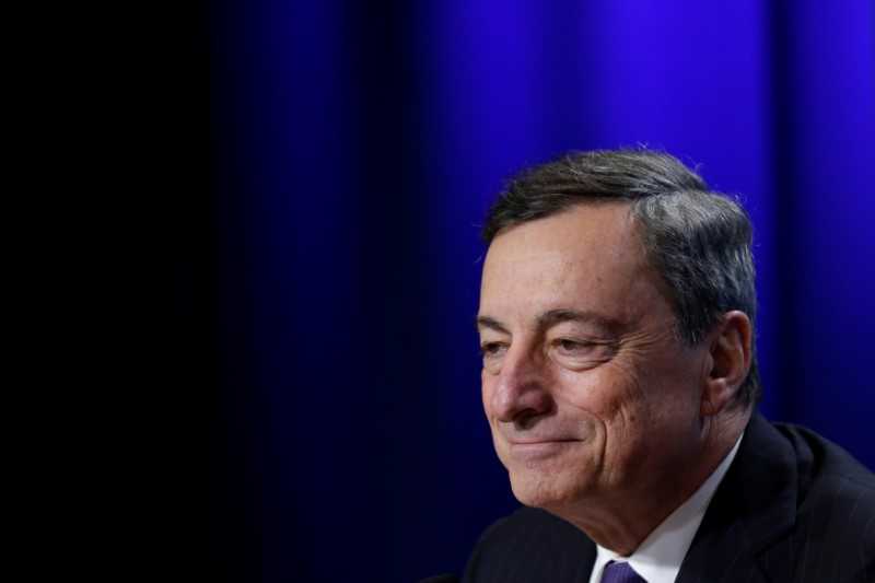 © Reuters. European Central Bank (ECB) President Mario Draghi holds a news conference during the IMF/World Bank annual meetings in Washington