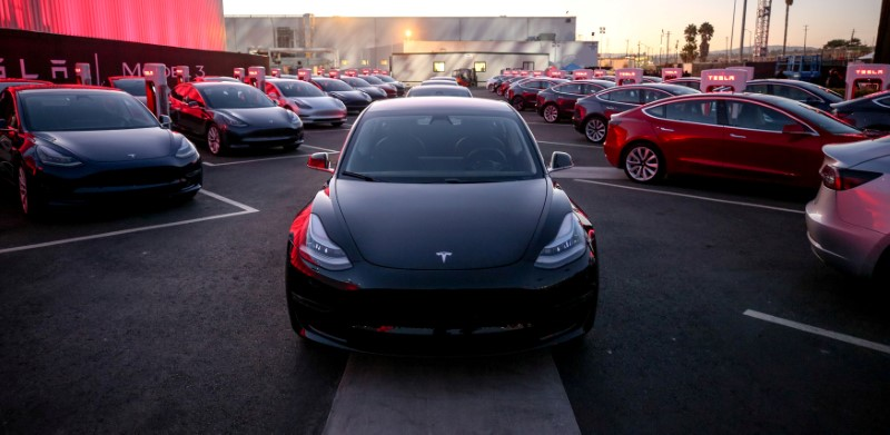 © Reuters. FILE PHOTO: Tesla Model 3 cars are seen as Tesla holds an event at the factory handing over its first 30 Model 3 vehicles to employee buyers at the company's Fremont facility in California