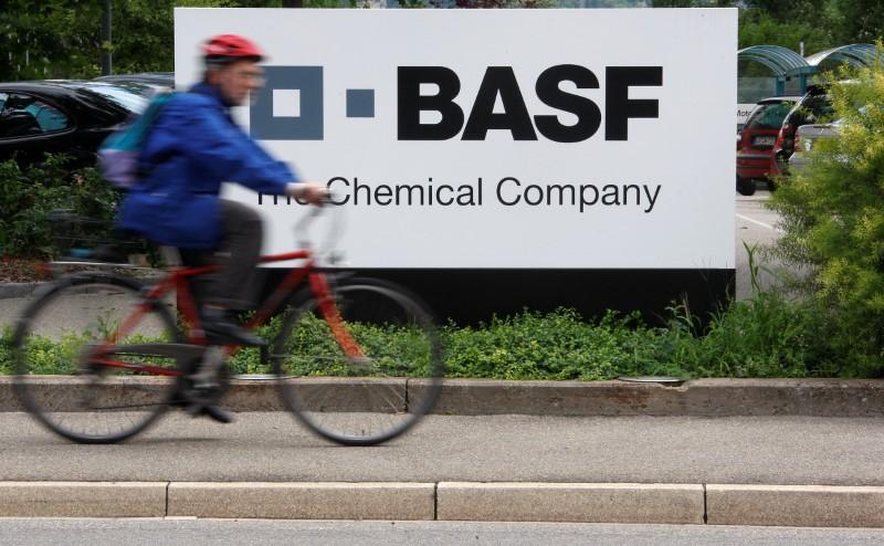 © Reuters. Велосипедист проезжает мимо завода BASF под Базелем
