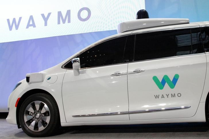 © Reuters. Waymo unveils a self-driving Chrysler Pacifica minivan during the North American International Auto Show in Detroit