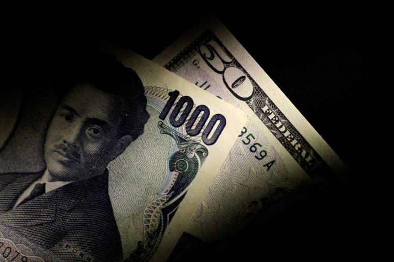 © Reuters. FILE PHOTO: Illustration photo of Japan Yen and U.S. Dollar notes