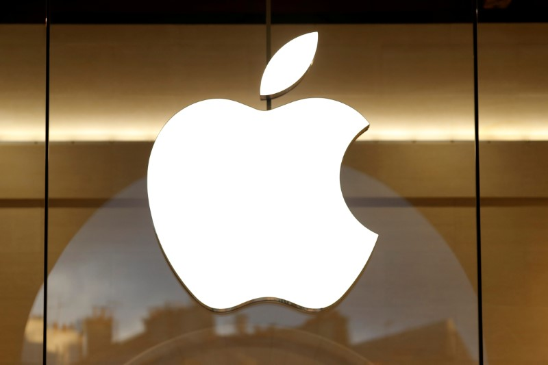 © Reuters. FILE PHOTO: The Apple logo is seen on the facade of the new Apple Store in Paris