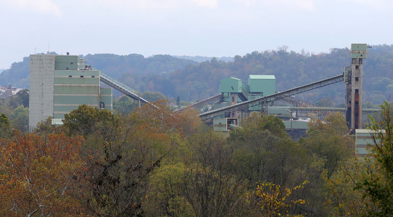 © Reuters. The Emerald Coal mine facility sits in the valley in Waynesburg