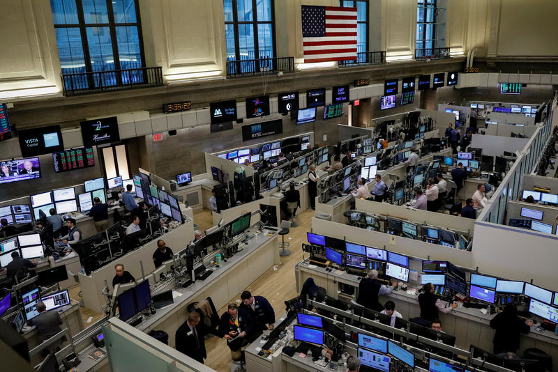 © Reuters. Traders work on the floor of the American Stock Exchange (AMEX) at the NYSE in New York