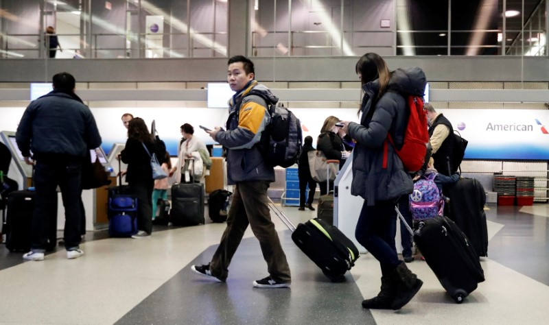 © Reuters. Travelers walk through Terminal 3 at O'Hare Airport in Chicago