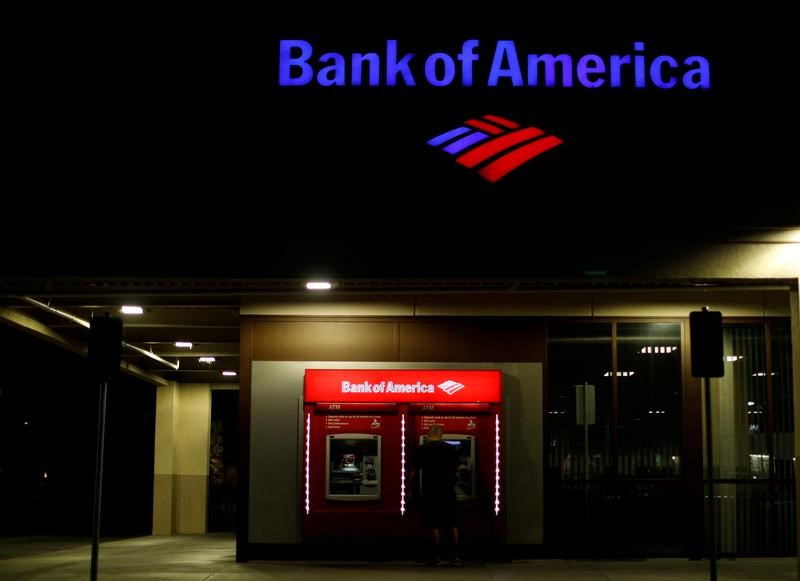 © Reuters. FILE PHOTO: A person uses an ATM at a Bank of America location in Pasadena