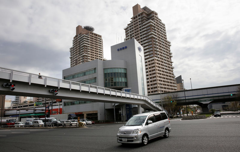© Reuters. A car drives through Kobe near the Kobe Steel headquarters in Kobe