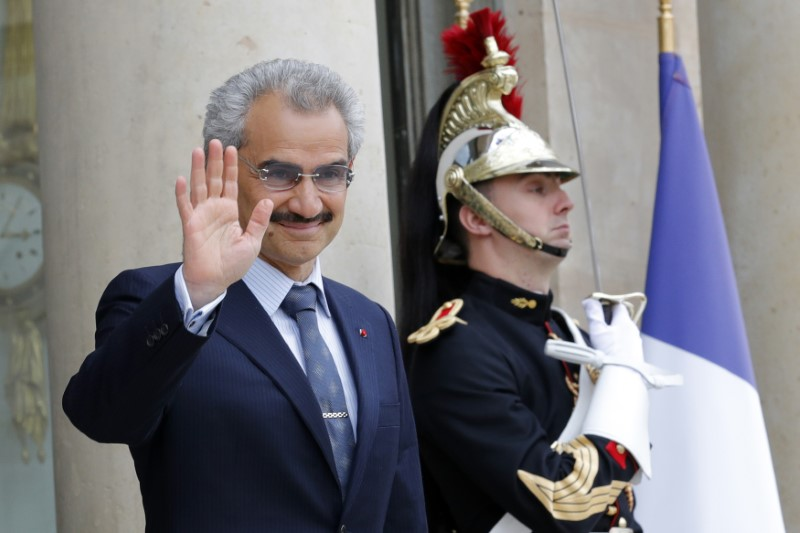 © Reuters. FILE PHOTO: Saudi Arabian Prince Al-Waleed bin Talal arrives at the Elysee palace in Paris