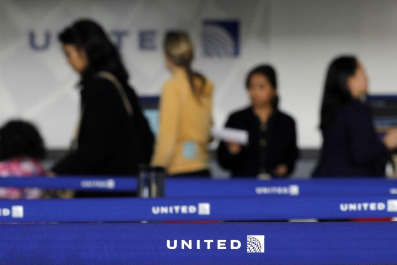 © Reuters. Customers of United wait in line to check in at Newark International airport in New Jersey