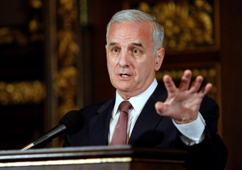 © Reuters. FILE PHOTO - Minnesota Gov Dayton speaks to reporters in St. Paul