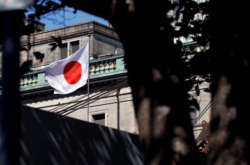 © Reuters. FILE PHOTO: A Japanese flag flutters atop the Bank of Japan building under construction in Tokyo