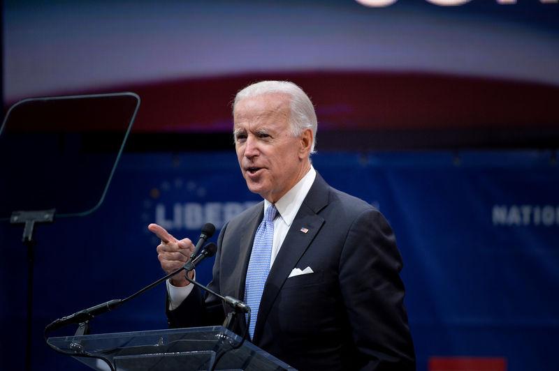 © Reuters. Former U.S. Vice President Biden speaks before presenting U.S. Senator McCain the 2017 Liberty Medal at the Independence Hall in Philadelphia