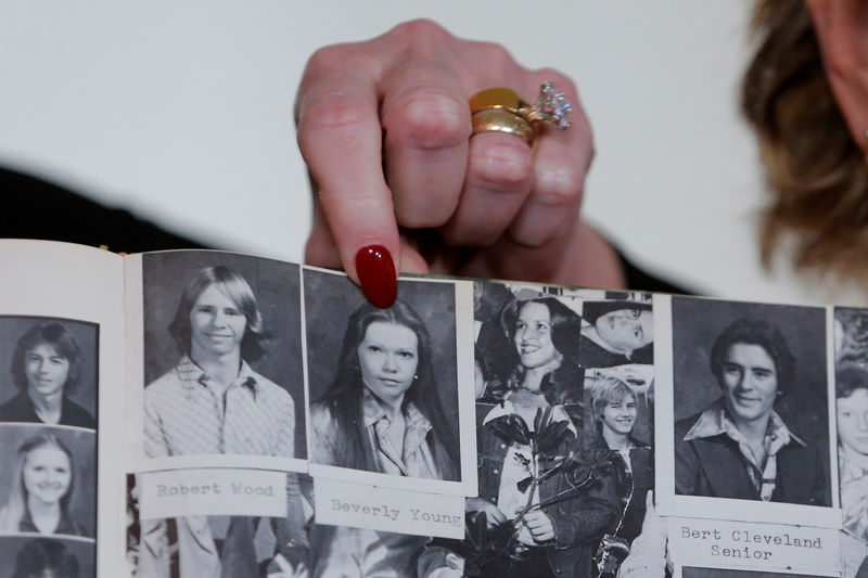 © Reuters. Accuser Beverly Young Nelson points to a photograph of herself in her high school yearbook after making a statement claiming that Alabama senate candidate Roy Moore sexually harassed her when she was 16, in New York