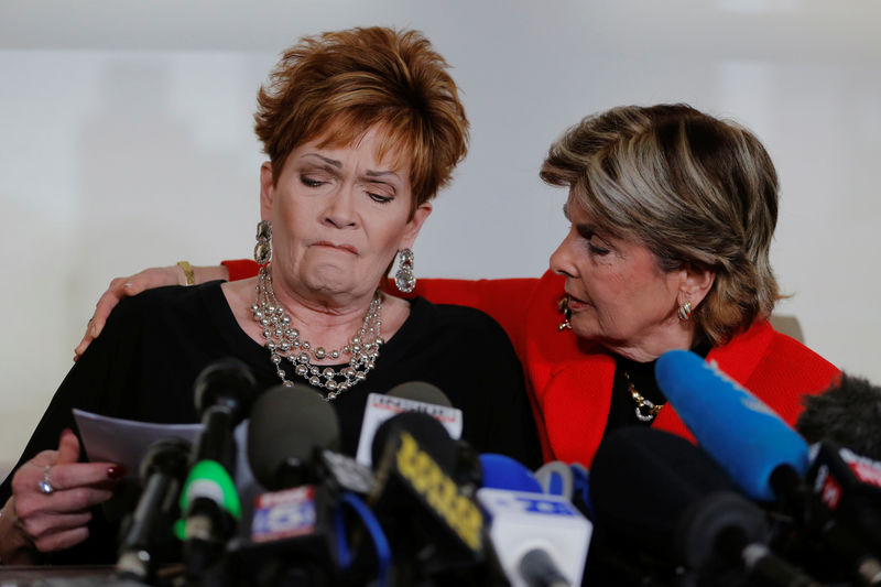 © Reuters. Attorney Gloria Allred watches accuser Beverly Young Nelson, make a statement claiming that Alabama senate candidate Roy Moore sexually harassed her when she was 16, in New York