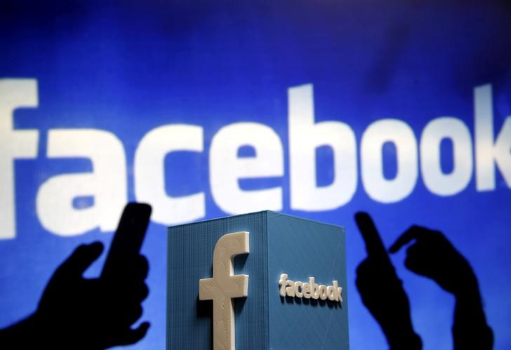 © Reuters. FILE PHOTO: A 3D plastic representation of the Facebook logo is seen in this photo illustration