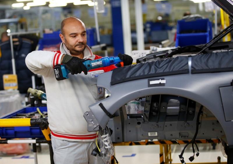 © Reuters. Un operaio al lavoro alla catena di montaggio Alfa Romeo della Fca di Cassino