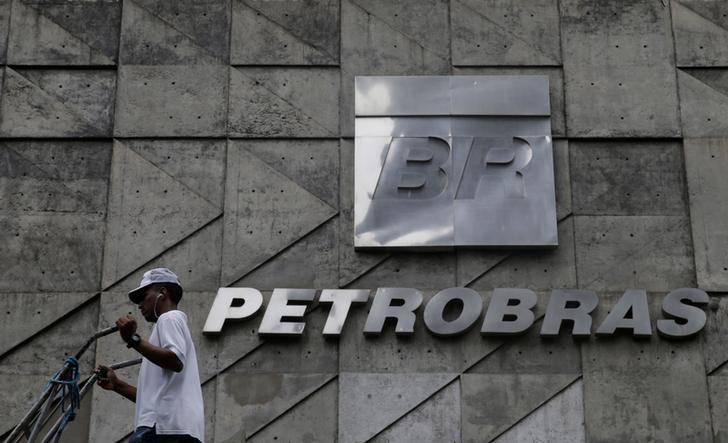 © Reuters. Homem caminha em frente a sede da Petrobras, no Rio de Janeiro