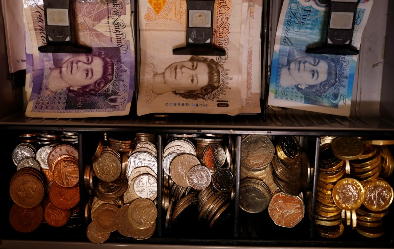 © Reuters. Pound notes and coins are seen inside a cash register in a bar in Manchester, Britain