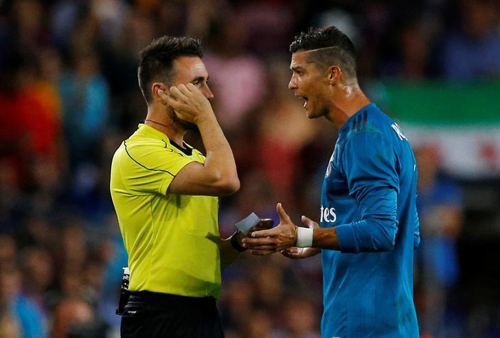 © Reuters. La liga española introducirá el videoarbitraje la próxima temporada -Tebas