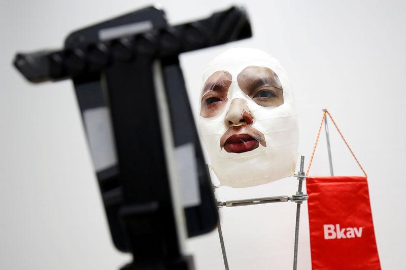 © Reuters. باحث فيتنامي يقول إنه اخترق خاصية آيفون للتعرف على الوجه