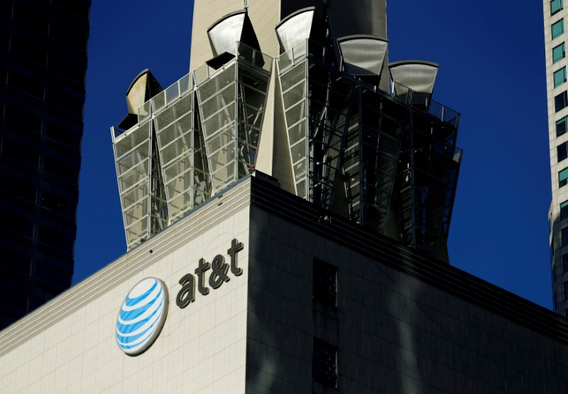 © Reuters. FILE PHOTO: An AT&T logo and communication equipment is shown on a building in Los Angeles