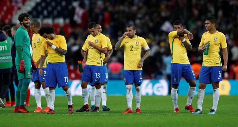© Reuters. Jogadores da seleção brasileira após amistoso contra a Inglaterra, em Wembley