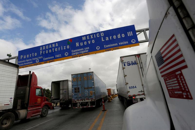 © Reuters. FILE PHOTO: Trucks wait in the queue for border customs control to cross into U.S. at the World Trade Bridge in Nuevo Laredo