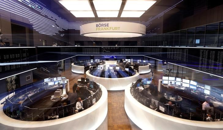 © Reuters. A general view shows the trading floor at the stock exchange in Frankfurt