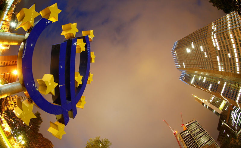 © Reuters. FILE PHOTO: The euro sign landmark is seen at the headquarters of the European Central Bank (ECB) in Frankfurt
