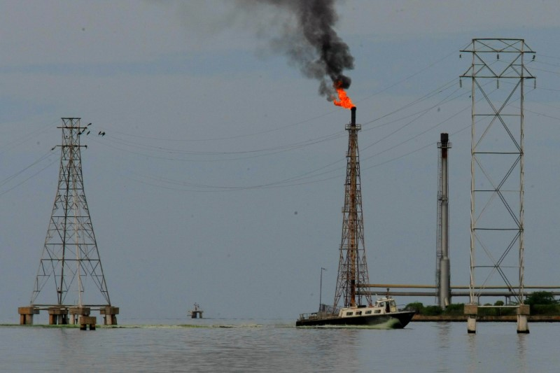 © Reuters. FILE PHOTO: A boat is seen close to oil installations at Lake Maracaibo in Cabimas