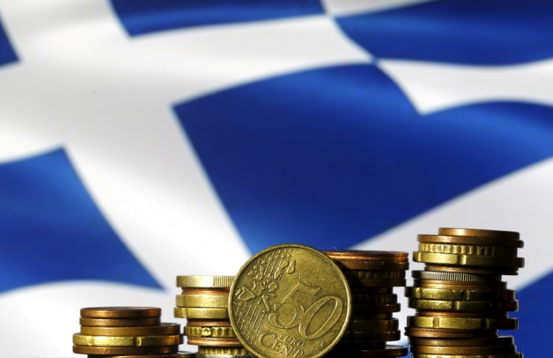 © Reuters. Euro coins are seen in front of a displayed Greece flag in this picture illustration