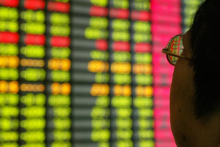 © Reuters. A Chinese investor monitors share prices at a securities company in Shanghai