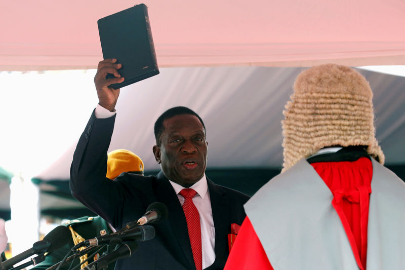 © Reuters. FILE PHOTO: Emmerson Mnangagwa is sworn in as Zimbabwe's president in Harare