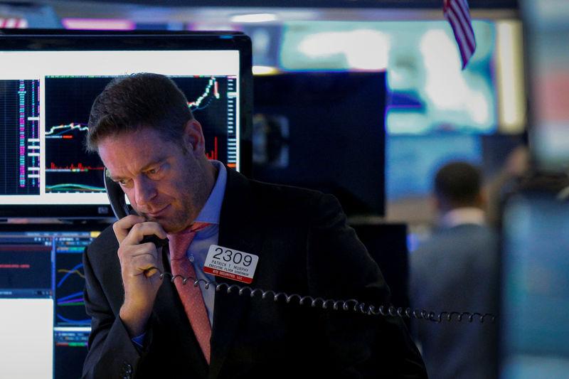 © Reuters. Трейдер на торгах Нью-Йоркской фондовой биржи