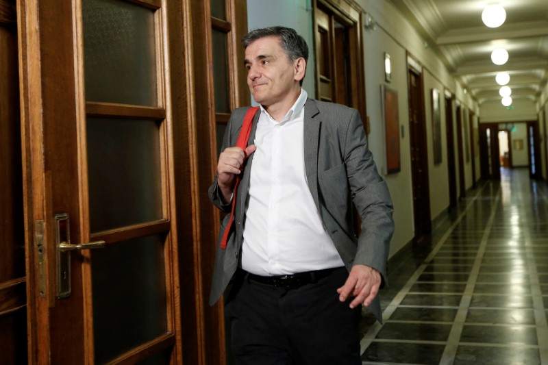 © Reuters. Greek Finance Minister Euclid Tsakalotos arrives for a cabinet meeting at the parliament in Athens