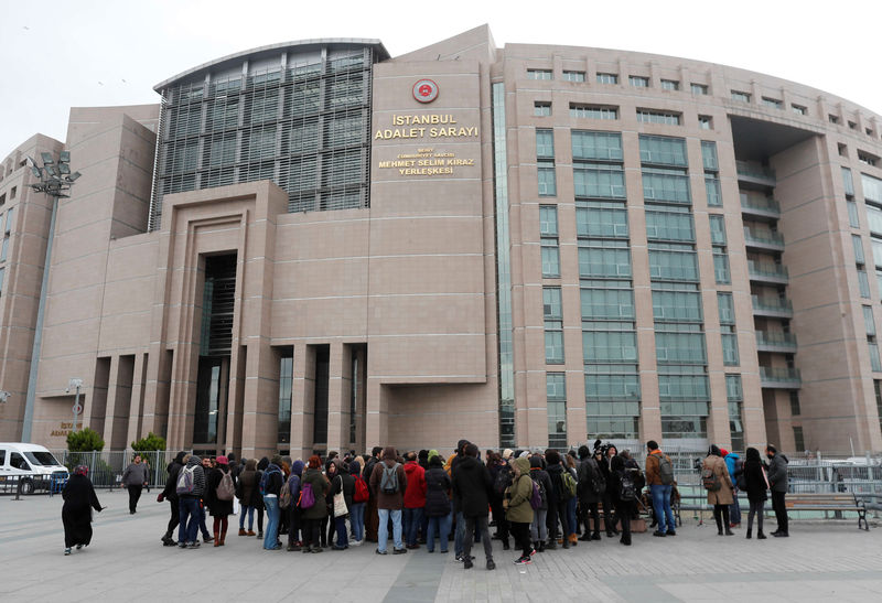 © Reuters. Academics and university students attend a demonstration in front of the Justice Palace in Istanbul