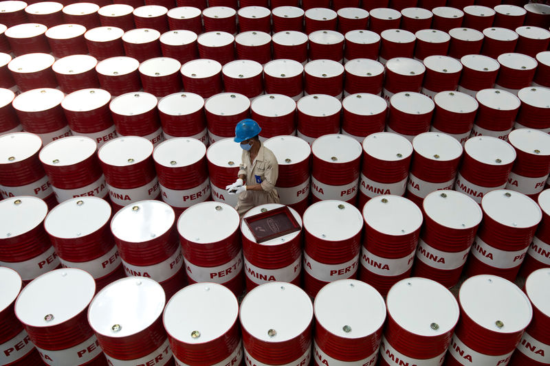 © Reuters. A worker prepares to label barrels of lubricant oil at the state oil company Pertamina's lubricant production facility in Cilacap, Central Java