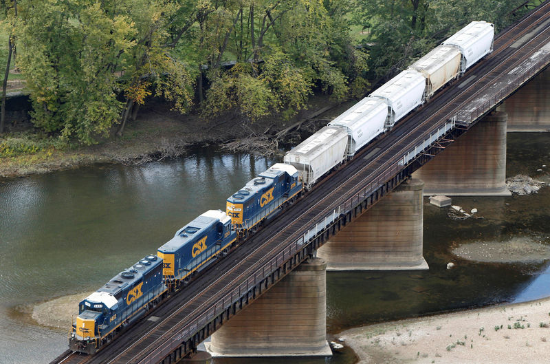 © Reuters. FILE PHOTO: A CSX freight train crosses the Potomac River in Harpers Ferry West Virginia