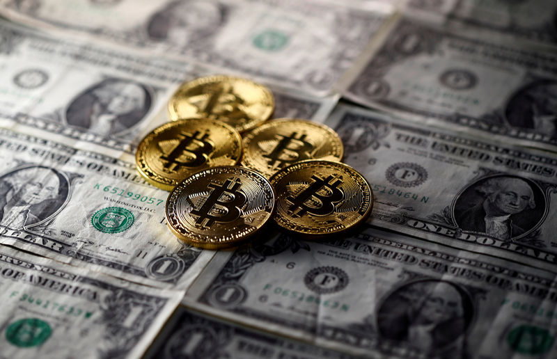 © Reuters. FILE PHOTO: Bitcoin (virtual currency) coins placed on Dollar banknotes are seen in this illustration picture