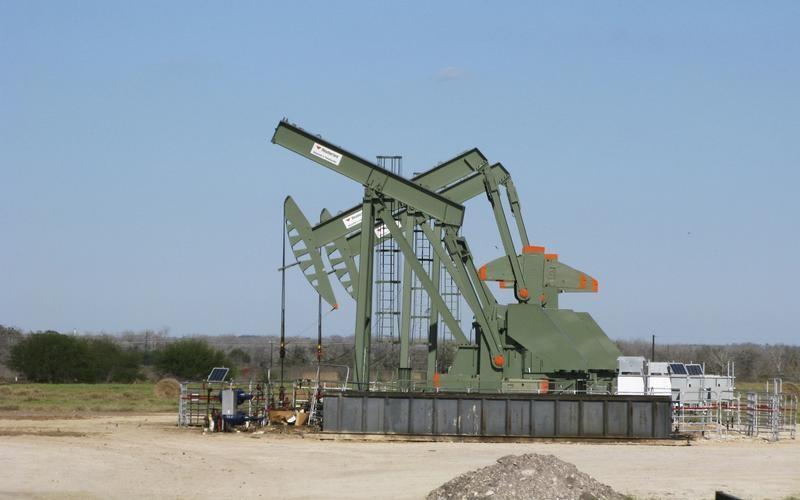 © Reuters. النفط مستقر وسط ارتفاع الإنتاج الأمريكي وانخفاض المخزونات